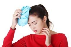Женщина с мешком льда для головных болей и мигреней Стоковые Фотографии RF