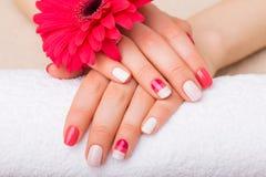 Женщина с милыми ногтями стоковая фотография