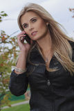 Женщина с мобильным телефоном Стоковое Изображение RF