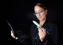 Женщина с модельным самолетом и компьтер-книжкой Стоковые Изображения