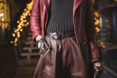 Женщина с модой кожаного пояса и перчаток смотрит Стоковая Фотография RF