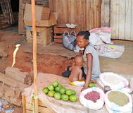 Женщина с младенцем продает манго в рынке сельскохозяйственной продукции антенн Мадагаскар Стоковое Изображение RF