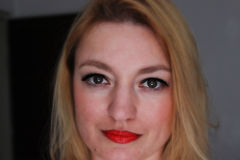 Женщина с накаляя глазами стоковое фото