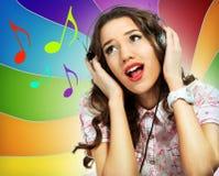 Женщина с наушниками пея Стоковая Фотография
