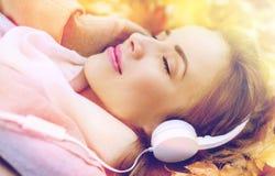 Женщина с наушниками слушая к музыке в осени Стоковые Фотографии RF