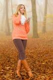 Женщина с наушниками слушая к музыке в парке Стоковые Изображения