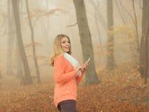 Женщина с наушниками слушая к музыке в парке Стоковая Фотография