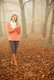 Женщина с наушниками слушая к музыке в парке Стоковые Фотографии RF