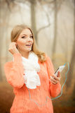 Женщина с наушниками слушая к музыке в парке Стоковые Изображения RF
