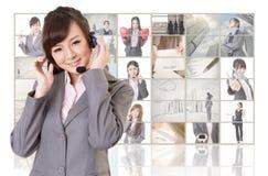 Женщина с наушниками стоковое изображение rf