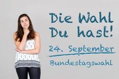 Женщина с немецким воззванием, который нужно пойти голосование на немецкое федеральное избрание 2 стоковые изображения