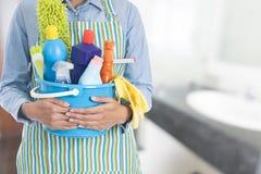 Женщина с оборудованием чистки готовым для того чтобы убрать дом Стоковая Фотография