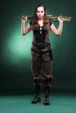 Женщина с оружием - красивая женщина армии с пластмассой винтовки Стоковые Изображения