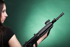 Женщина с оружием - красивая женщина армии с пластмассой винтовки Стоковое Фото