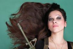 Женщина с оружием - красивая женщина армии с пластмассой винтовки Стоковые Изображения RF