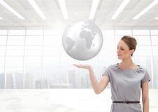 Женщина с открытой рукой ладони под глобусом земли мира Стоковое фото RF