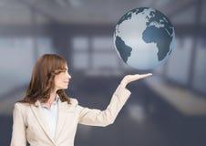Женщина с открытой рукой ладони под глобусом земли мира Стоковая Фотография RF