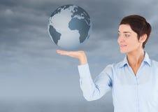 Женщина с открытой рукой ладони под глобусом земли мира Стоковое Изображение