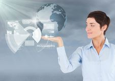 Женщина с открытой рукой ладони под интерфейсом глобуса земли мира Стоковое Изображение RF