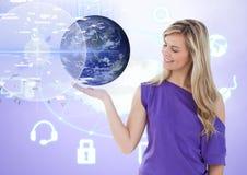 Женщина с открытой рукой ладони под интерфейсом земли мира Стоковые Фотографии RF