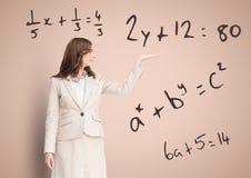 Женщина с открытой рукой ладони с уровнениями математики Стоковое Фото