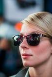 Женщина с отражением квадратных зданий времени в солнечных очках на Nig Стоковое Фото