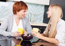 Женщина с дочерью на кухне Стоковые Изображения RF
