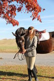 Женщина с лошадью Брайна в падении Стоковые Изображения