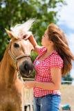 Женщина с лошадью на ферме пони Стоковое Изображение RF