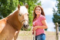 Женщина с лошадью на ферме пони Стоковые Фото