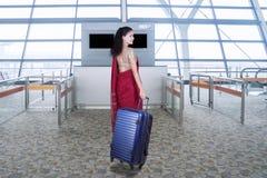 Женщина с одеждами сари и сумка в авиапорте Стоковое фото RF