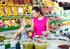 Женщина с оливками девушки замаринованными приобретением стоковая фотография rf