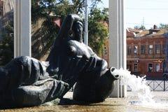 Женщина с памятником кувшина в Астрахани стоковое изображение
