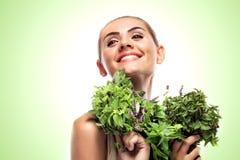 Женщина с пачкой свежей мяты. Dieting вегетарианца принципиальной схемы - Стоковые Фото