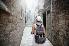 Женщина с перемещением рюкзака идя на старый городок стоковые изображения