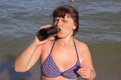 Женщина с пивом на курорте Стоковое фото RF