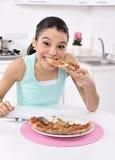 Женщина с пиццей стоковые изображения