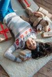 Женщина с подарками плюшевого медвежонка и рождества Стоковые Фото