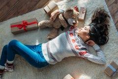 Женщина с подарками плюшевого медвежонка и рождества Стоковые Изображения