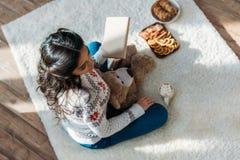 Женщина с помадками плюшевого медвежонка и рождества Стоковые Изображения RF