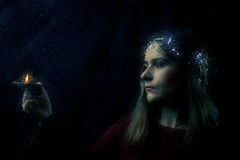 Женщина с портретом свечи Стоковая Фотография