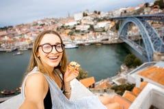 Женщина с португальским десертом в Порту стоковые изображения