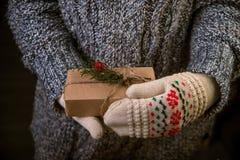 Женщина с подарком рождества в руке Стоковые Изображения RF