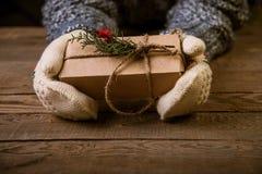 Женщина с подарком рождества в руке Стоковое Фото