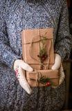 Женщина с подарком рождества в руке Стоковое Изображение RF