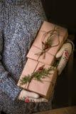 Женщина с подарком рождества в руке Стоковые Фото