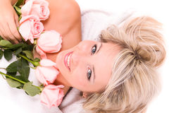 Женщина с подняла лежащ на полотенце стоковая фотография rf