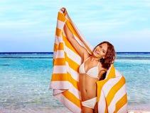 Женщина с полотенцем на пляже Стоковое фото RF