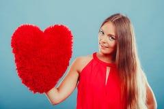 Женщина с подушкой формы сердца полностью иллюстрация архива элементов дня цвета cmyk editable наслоила Валентайн печати готовое  Стоковая Фотография