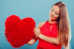 Женщина с подушкой формы сердца полностью иллюстрация архива элементов дня цвета cmyk editable наслоила Валентайн печати готовое  Стоковое Изображение